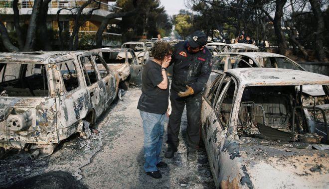 Foto: Drama unui pompier grec: i-a murit copilul de şase luni  în incendii, în timp  ce se lupta cu flăcările