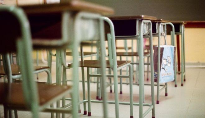 Foto: Anchetă în liceu, după ce cataloagele au fost arse şi calculatorul directorului a fost distrus