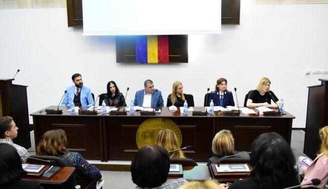 """Foto: Drepturile şi libertăţile minorilor, dezbătute la Universitatea """"Ovidius"""""""