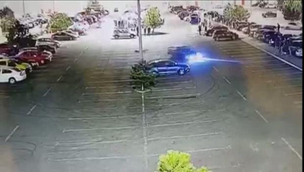 IMAGINI incredibile cu şoferul care făcea drifturi în parcarea unui complex comercial