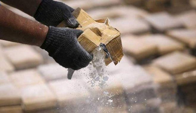 Foto: Captură de 300 de milioane de euro! Traficanţii de cocaină, daţi de gol de un pachet uitat în parcare