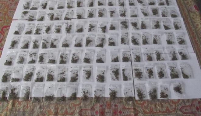 Foto: Tineri prinşi cu zeci de pliculeţe cu droguri, în Constanţa