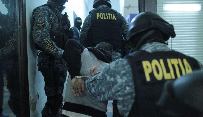 Percheziții în Tomis Nord. Cum a încercat să scape un tânăr când au intrat mascații - droguriarestatsursarealitatea-1605209428.jpg
