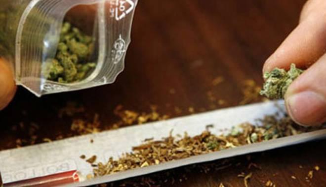 Foto: Tineri prinşi cu marijuana, în zona Casei de Cultură din Constanţa