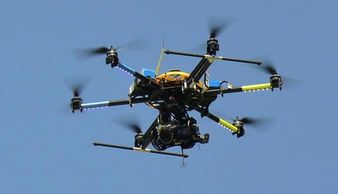 Foto: CAPTURĂ IMPRESIONANTĂ. O dronă cu droguri, surprinsă deasupra penitenciarului