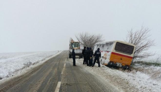 Foto: Este JALE în județ! Drumuri blocate, mașină intrată în pom și autobuz blocat pe câmp