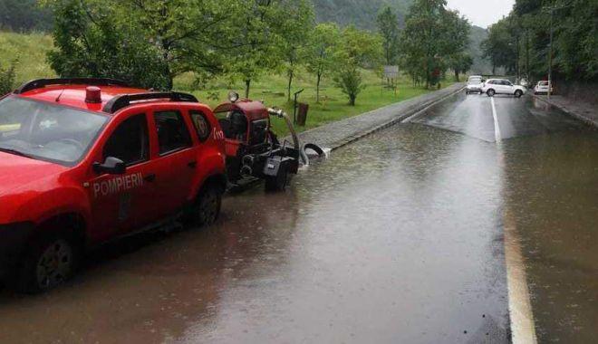 Foto: Valea Oltului, blocată din cauza apelor scurse de pe versanţi