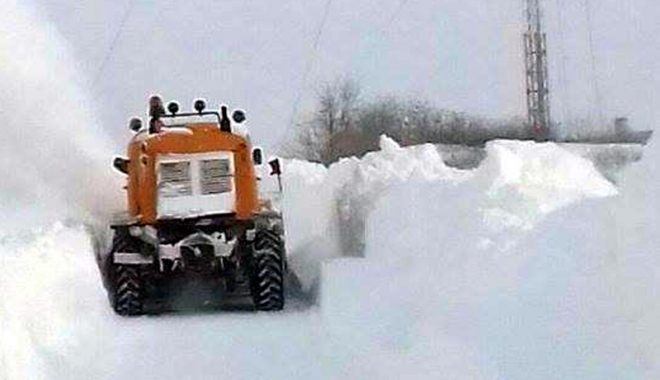 Foto: Nămeţi îngheţaţi  pe drumurile judeţene. Sute de gospodării izolate