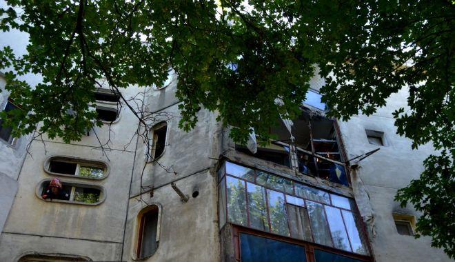 Foto: Doi soţi au fost răniţi, după ce buteliile ţinute pe balcon au explodat