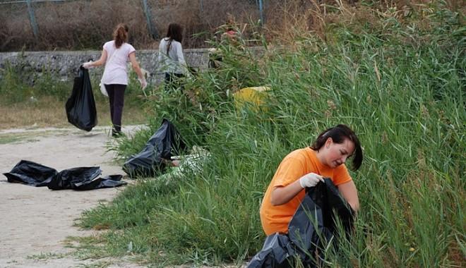 Foto: GALERIE FOTO: Cât gunoi a fost strâns de pe plajele din Constanţa