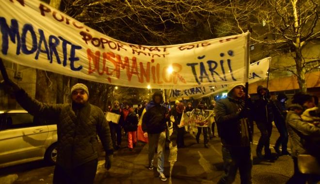 Galerie foto / Cel mai amplu protest din ultimii 26 de ani. Sediul PSD Constanţa, baricadat de mascaţi. Număr record de manifestanţi!
