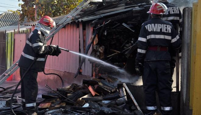 Foto: Doi copii, suspectaţi că ar fi dat foc casei de pe strada Nicolae Filimon (GALERIE FOTO)
