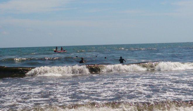 Foto: Atenţie, valuri mari pe litoral! Două fetiţe şi tatăl lor, în pericol de înec