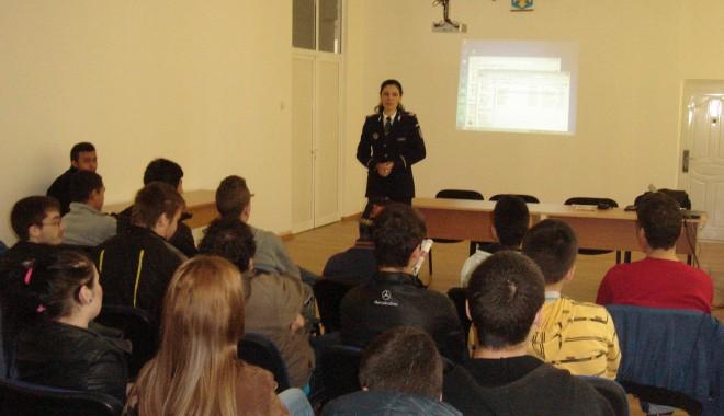 """Foto: Elevii, în vizită la Poliţia Constanţa, în cadrul proiectului """"Şcoala Altfel"""""""