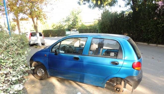 Foto: Trei tineri din Mangalia au furat roţile unei maşini, pentru drifturi!