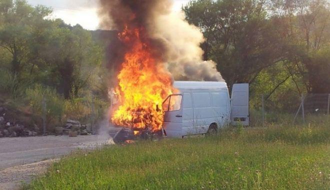 UPDATE. Arde o dubă încărcată cu MOTORINĂ! Intervin pompierii constănțeni - duba-1524562188.jpg