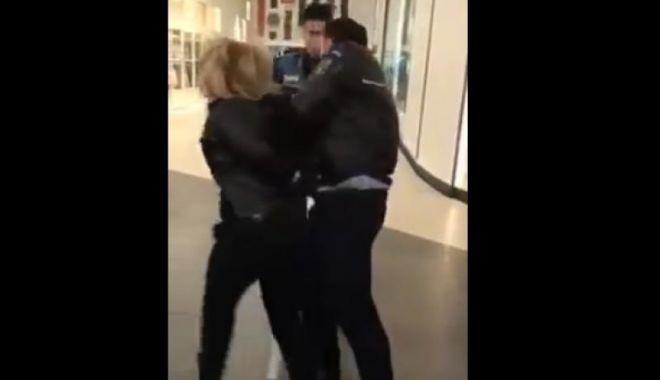 Foto: Femeie reţinută într-un complex comercial, după ce a lovit poliţiştii sesizaţi că aceasta şi-ar fi agresat copilul