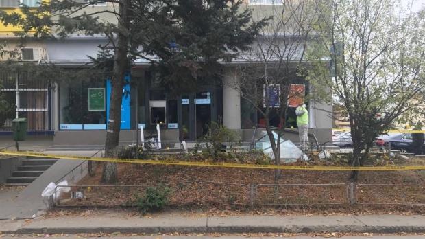 Foto: Tentativă de jaf la o bancă! Hoţii au provocat o explozie pentru a fura un bancomat