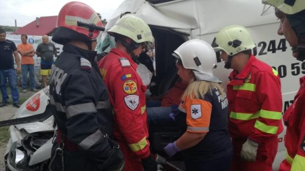 Foto: Şase persoane rănite, după ce un microbuz a căzut într-un şanţ de 3 metri