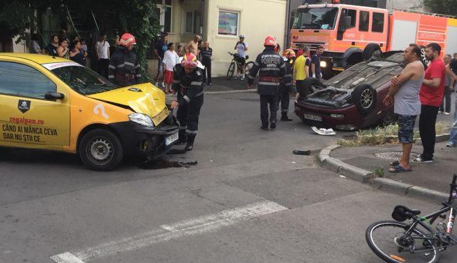 GALERIE FOTO / Accident rutier grav pe strada Lahovari. O MAȘINĂ S-A RĂSTURNAT