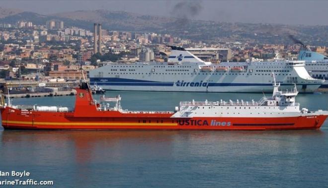 """Foto: Echipajul navei """"Aydemir"""" a rămas fără apă, hrană, combustibil şi salarii"""
