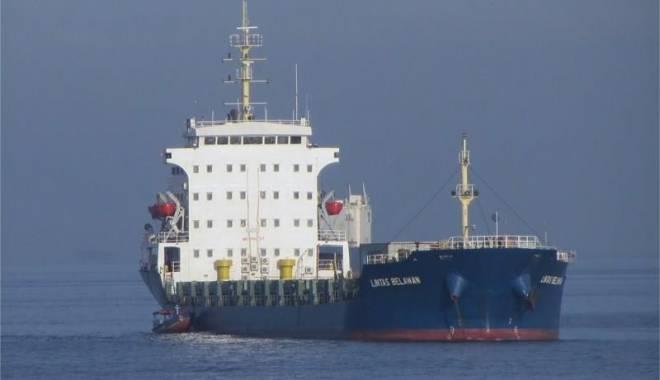 Foto: Echipajul unei nave în flăcări a fost salvat