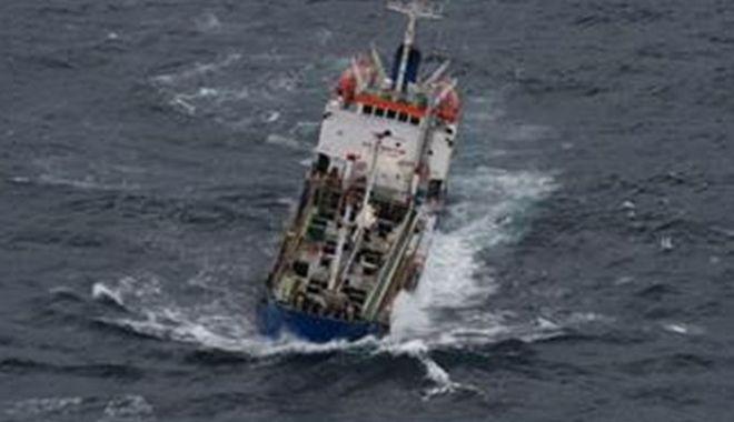 Foto: Echipajul unei nave răsturnate a fost salvat de o fregată franceză
