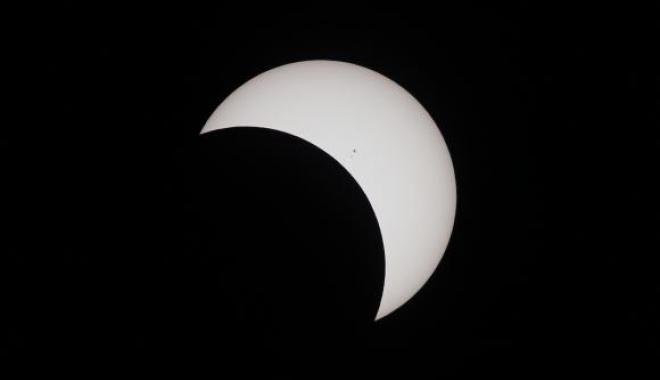 Foto: O femeie care a urmărit eclipsa solară fără protecție a dezvoltat o ''semilună neagră'' în câmpul vizual