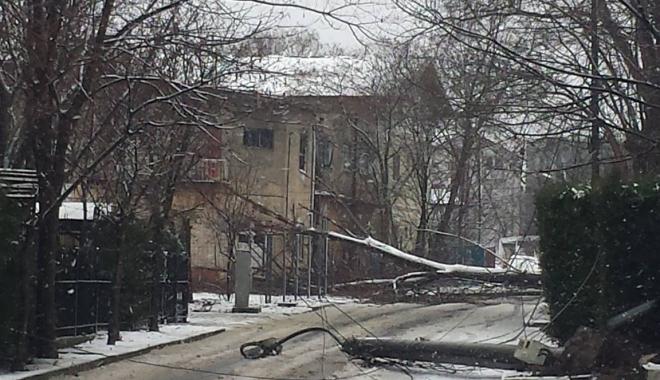 Foto: Stâlpi de electricitate, căzuţi în centrul staţiunii Eforie Nord
