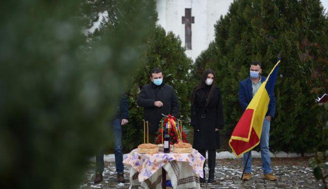 Elena Băsescu a depus o coroană la Cimitirul Internaţional de Onoare de la Mircea Vodă - elenabasescuonnline1-1606822846.jpg
