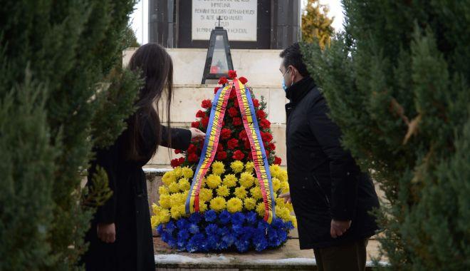 Elena Băsescu a depus o coroană la Cimitirul Internaţional de Onoare de la Mircea Vodă - elenabasescuonnline2-1606822871.jpg