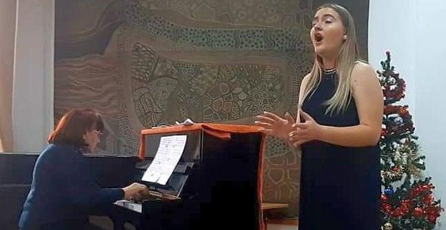 La 18 ani, Denisa Ștefania Lucan cucerește cu vocea ei minunată - eleva22-1591280163.jpg