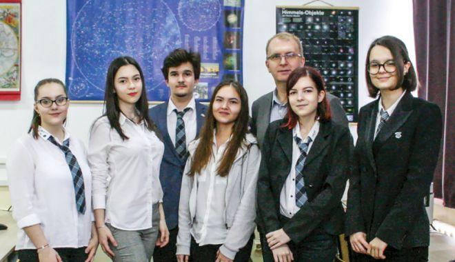 """Foto: Două eleve de la Liceul """"Ovidius"""", nominalizate pentru distincţia """"Henri Coandă"""""""