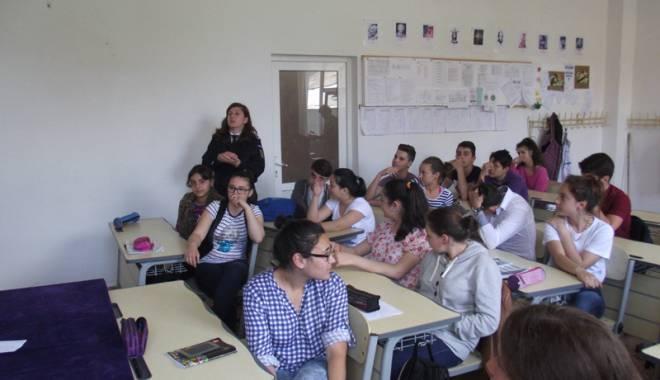Foto: Elevii din Constanţa instruiţi  de jandarmi