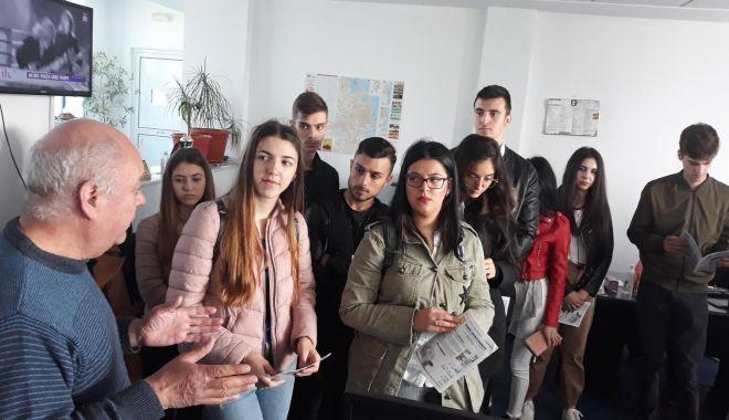 """Foto: Elevii Liceului """"Ioan Cotovu"""" din Hârşova, în vizită la redacţia """"Cuget Liber"""""""