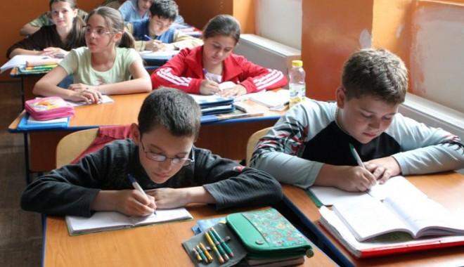 Foto: Elevii din Corbu, interesaţi de riscurile asociate viciilor