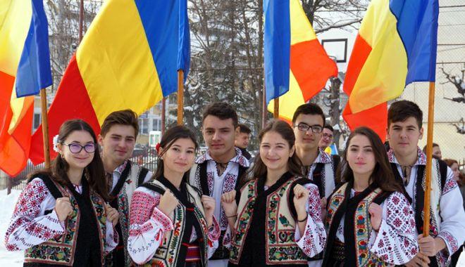 """Foto: Proiectul """"100 de ani de spirit românesc"""". Elevii constănţeni îşi dau mâna cu colegii lor basarabeni"""