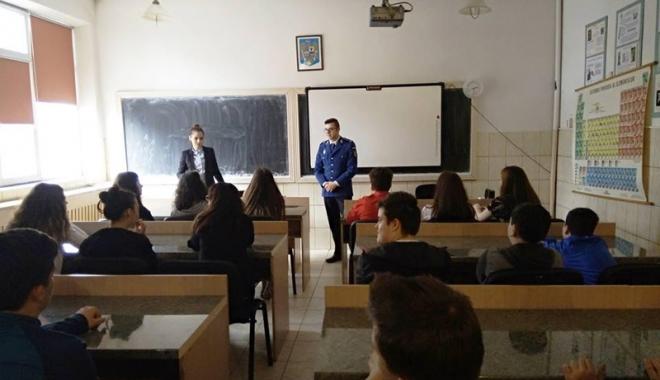 Foto: Elevii constănţeni, vizitaţi de jandarmi  şi reprezentanţi  ai Agenţiei Naţionale Antidrog