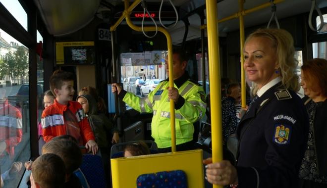 Foto: Elevii şi poliţiştii constănţeni şi-au dat întâlnire, în acest week-end, într-un centru comercial