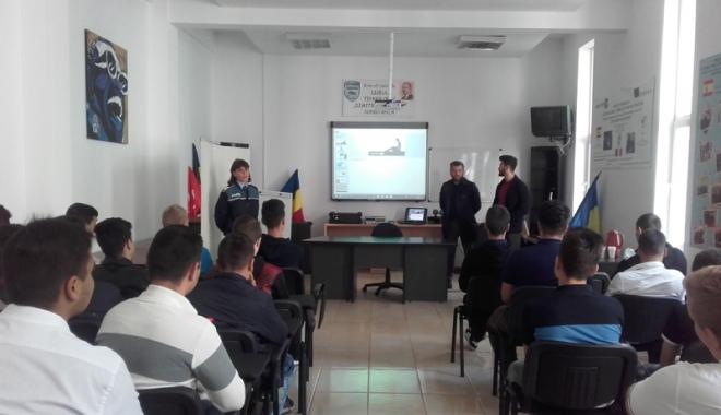 Foto: Elevii, atenţionaţi de poliţişti despre pericolele internetului
