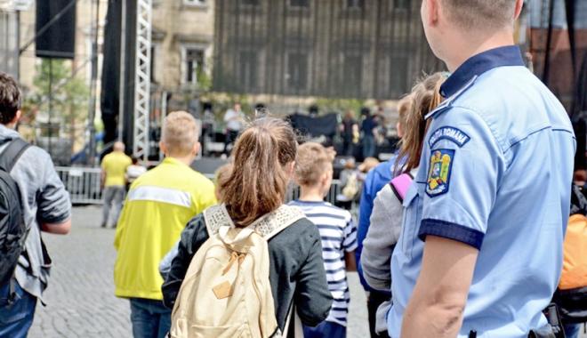 Foto: Elevii din două şcoli constănţene au primit vizita poliţiştilor