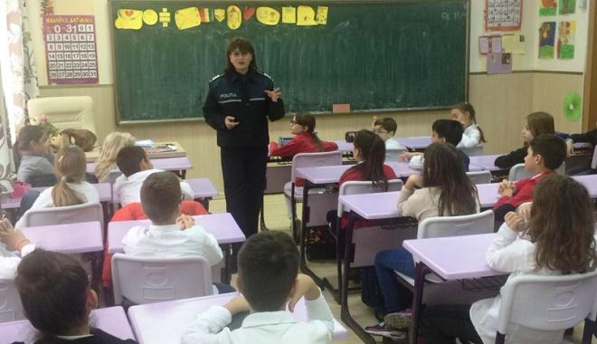 Foto: Elevii din judeţul Constanţa, vizitaţi de poliţişti