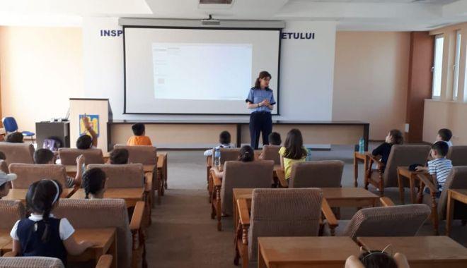 Foto: Elevii constănţeni au învăţat despre delincvenţa juvenilă