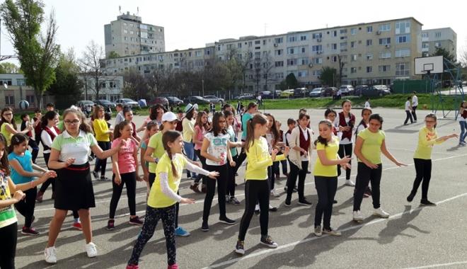 Foto: Elevii constănţeni au dansat pentru sănătate
