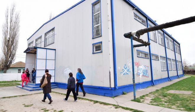 Foto: Elevii cer pază umană și nu uniforme, în școli!