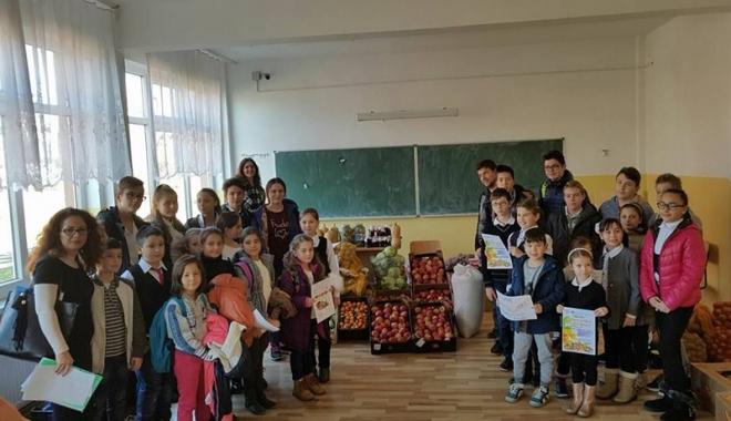 Foto: Elevii constănţeni au donat alimente familiilor nevoiaşe