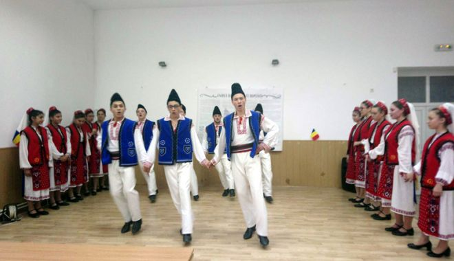 Elevii constănţeni şi basarabeni au sărbătorit împreună Centenarul Unirii - eleviiconstantenisibasarabeni3-1522256155.jpg