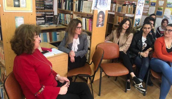 Foto: Elevii de la Călinescu învaţă despre riscurile tuberculozei