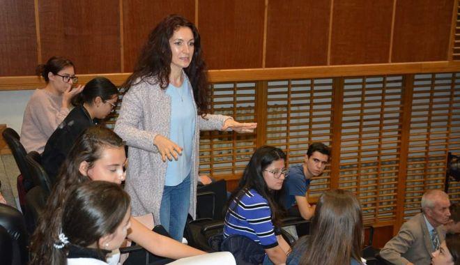 Foto: Elevii de la Călinescu și-au exersat calitățile oratorice pe tema toleranței