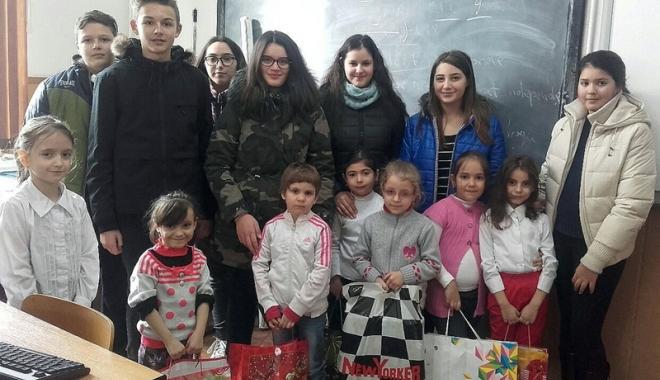 """Foto: Elevii de la Şcoala """"Ţiţeica"""" au dăruit bucurie altor copii"""